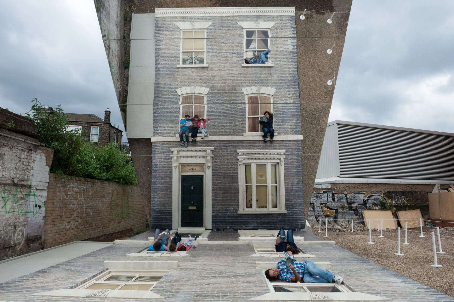 Dalston House di Leandro Erlich: a Londra come Spiderman