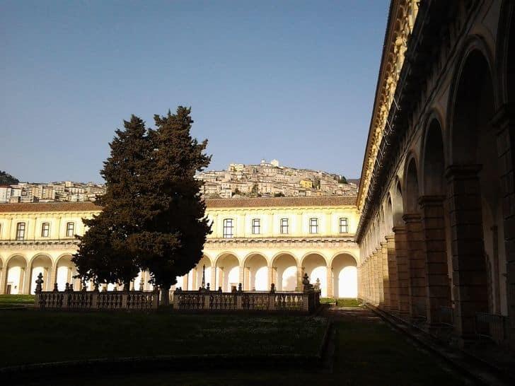 Visitare la Certosa di San Lorenzo: un itinerario di arte e pace