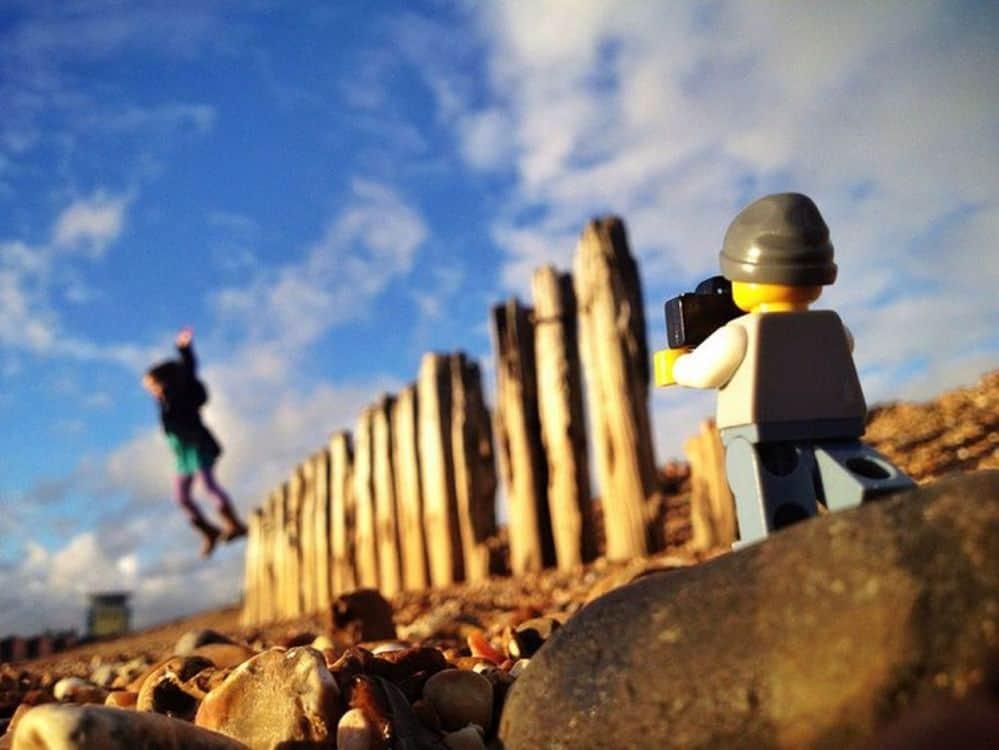 Legography di Andrew White: il mondo negli scatti del fotografo Lego