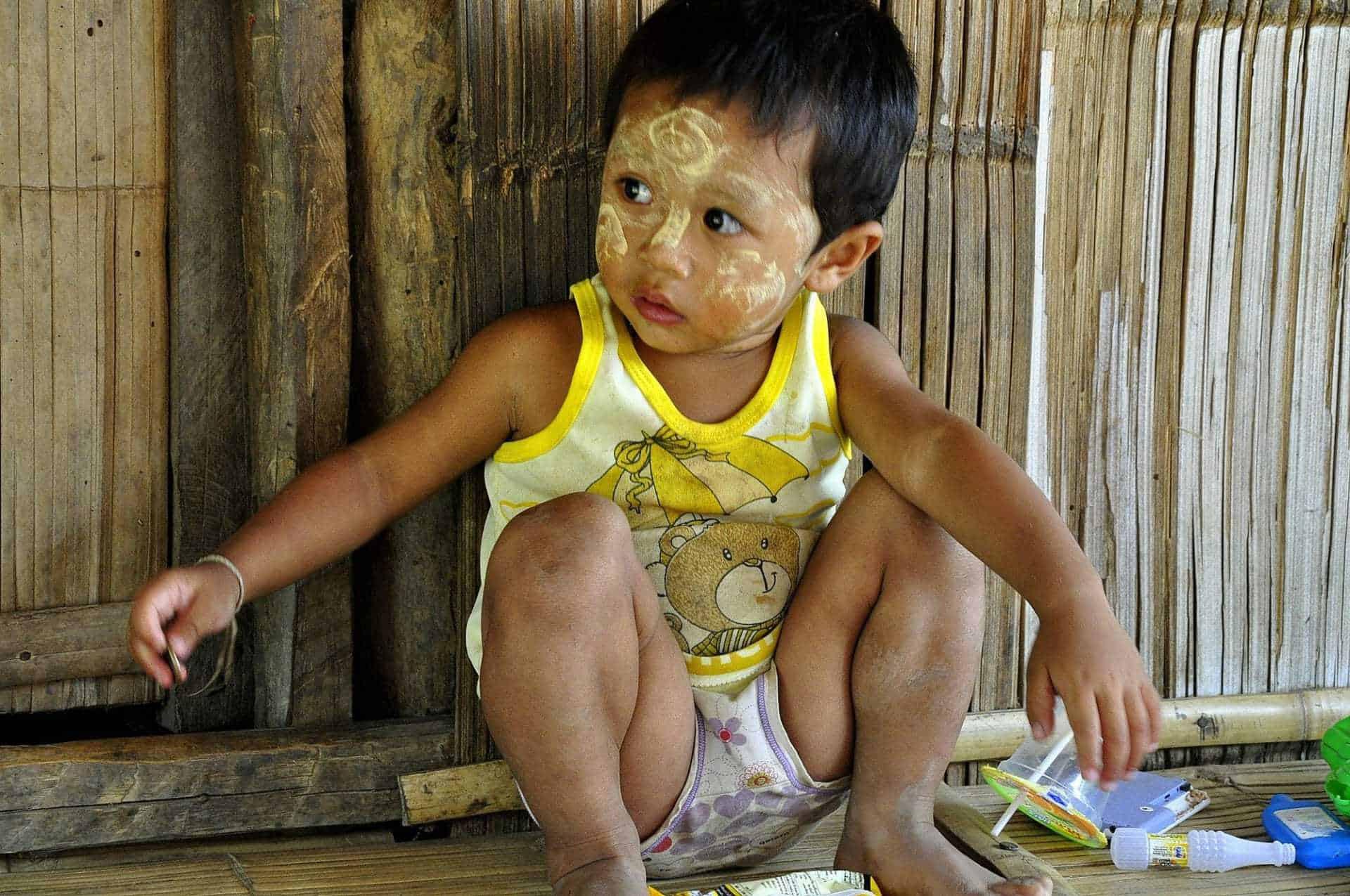 Quel bambino della tribù Karen al confine con la Birmania