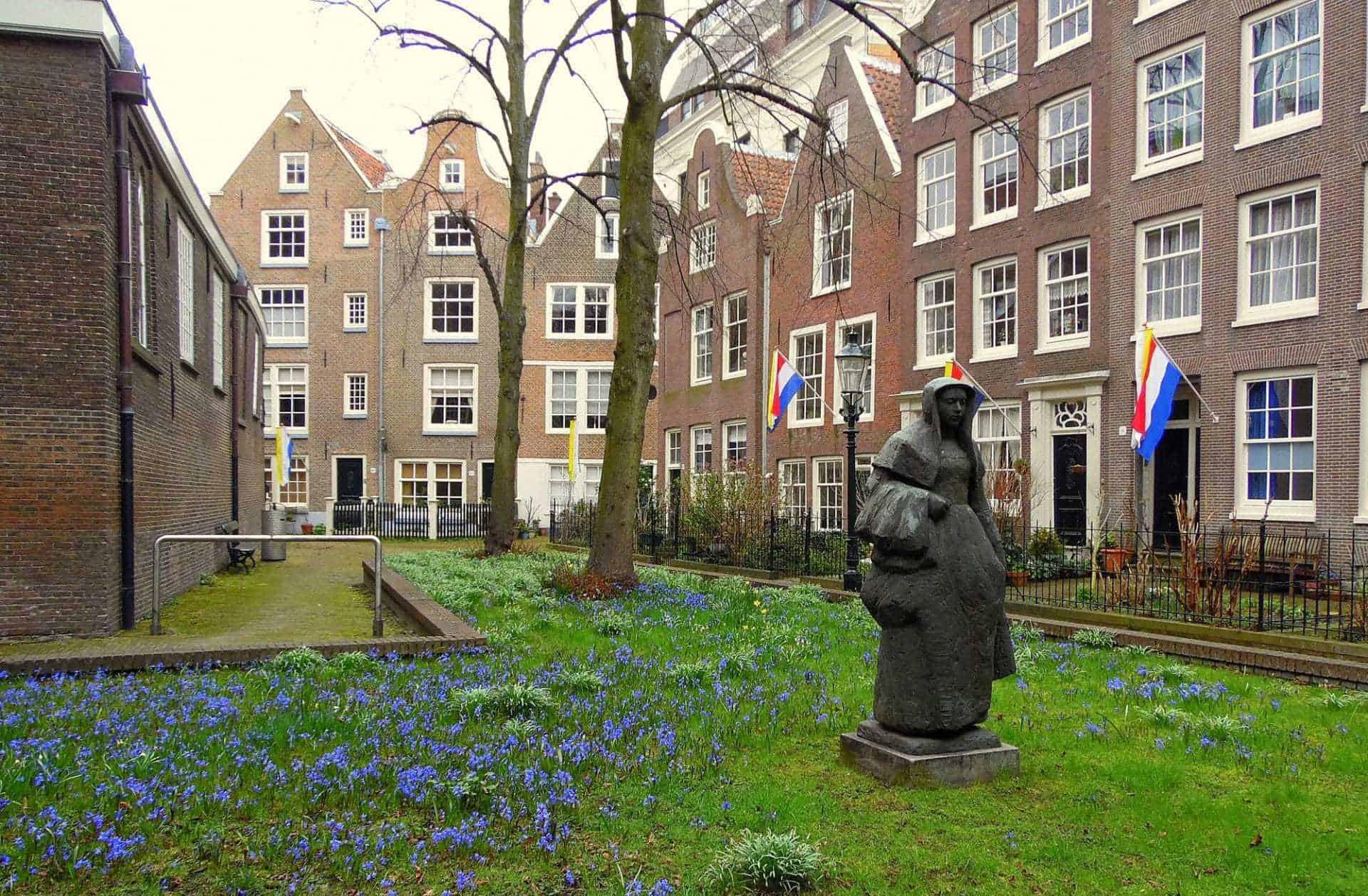 Amsterdam segreta: cosa vedere nel quartiere Begijnhof