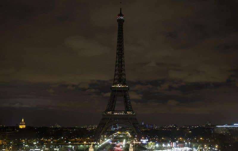 Terrore a Parigi e la Tour Eiffel si spegne