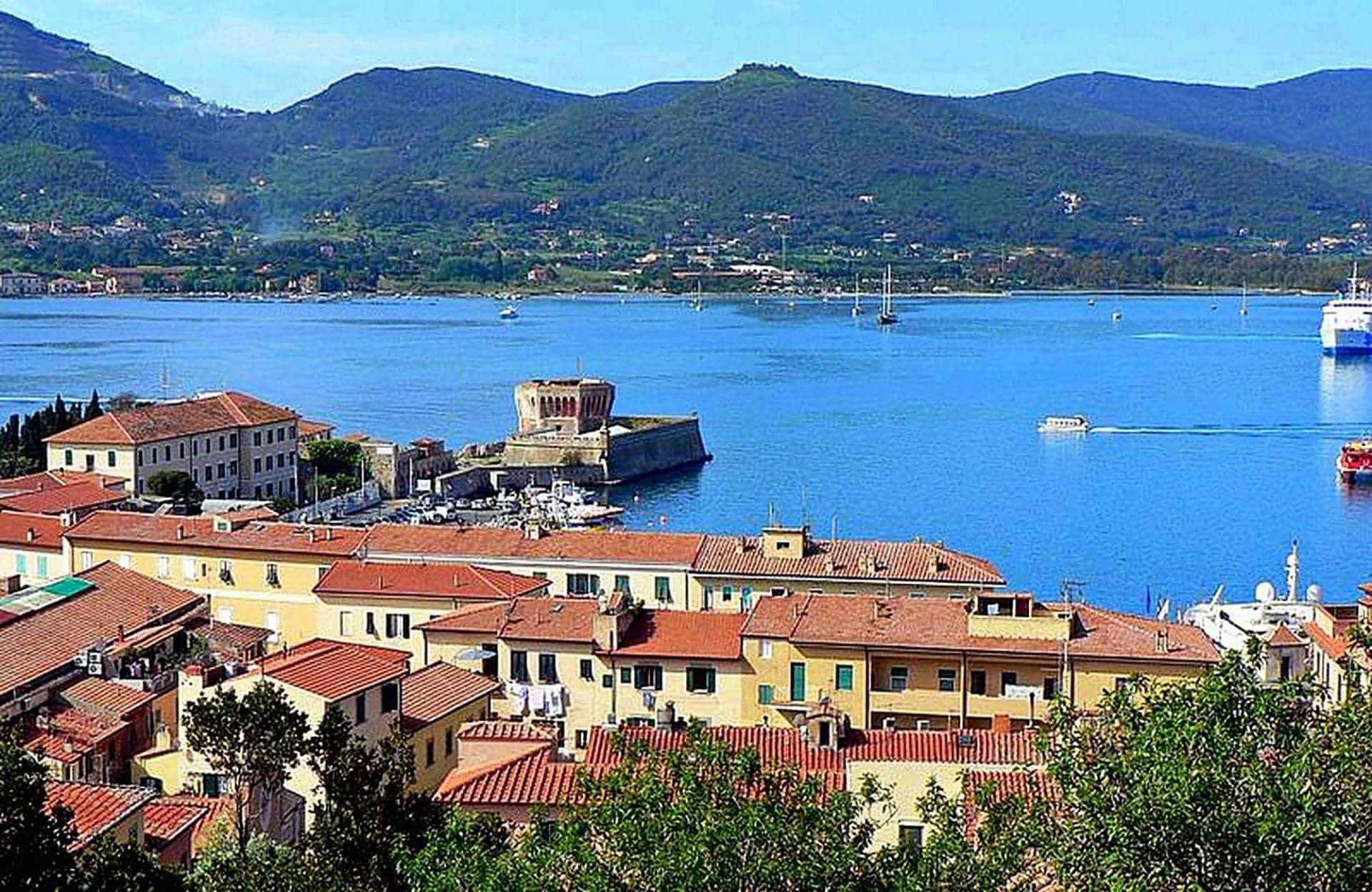 Estate al mare in Toscana? Prendi un traghetto per l'isola d'Elba!