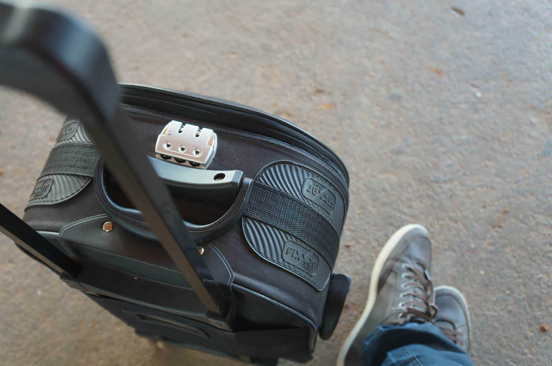 Bagaglio a mano cosa si pu portare e cosa vietato ti - Quante valigie si possono portare in aereo ...