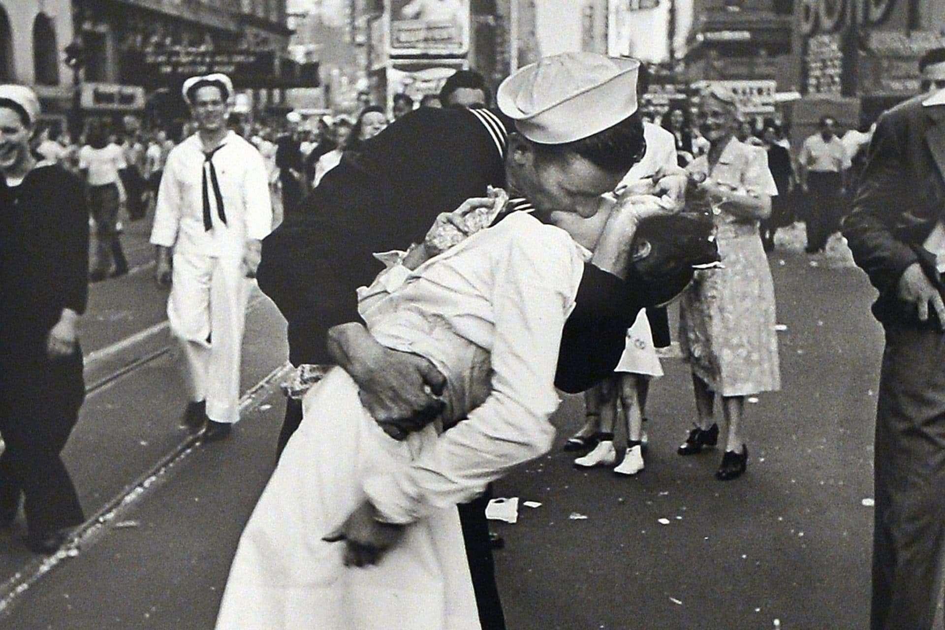 La vera storia del bacio tra l'infermiera e il marinaio